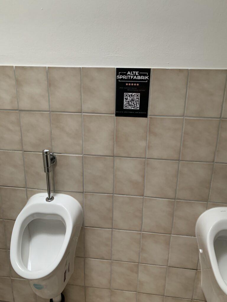 Bewertung auf Toilette Foto mit Pissoir